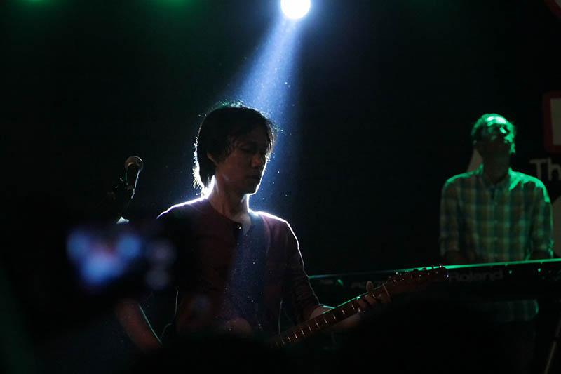 Erros gitaris grup musik Sheila On 7 tampil memukau penonton (Foto M Iqbal/SeputarAceh.com)