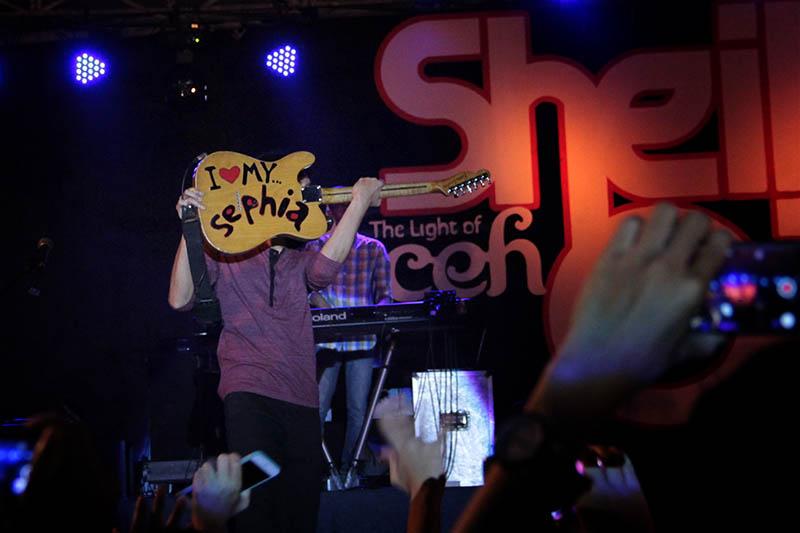 Erros reflek membalikkan gitarnya bertuliskan 'I love My Sephia' konser Sheila On 7 (Foto M Iqbal / SeputarAceh.com)