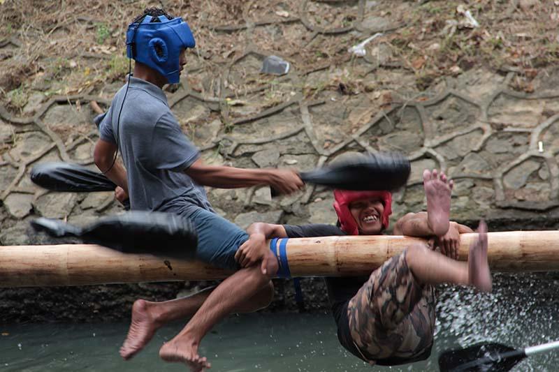 Lomba gladiator saling memukul dengan bantal di sungai Krueng Daroy, Banda Aceh (Foto M Iqbal/SeputarAceh.com)