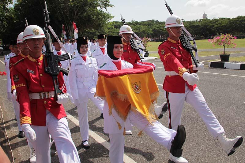 Paskibraka membawa baki bendera bersiap melakukan pengibaran bendera merah putih HUT RI ke-71 (Foto M Iqbal/SeputarAceh.com)