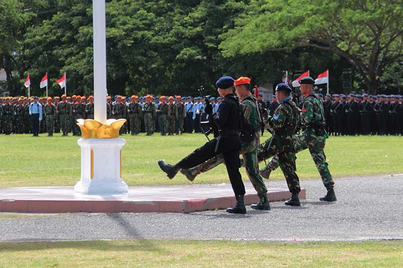Personil dari Polisi, TNI AU, TNI AL, dan TNI AD menjaga bendera merah putih berkibar hingga sore harinya (Foto M Iqbal/SeputarAceh.com)