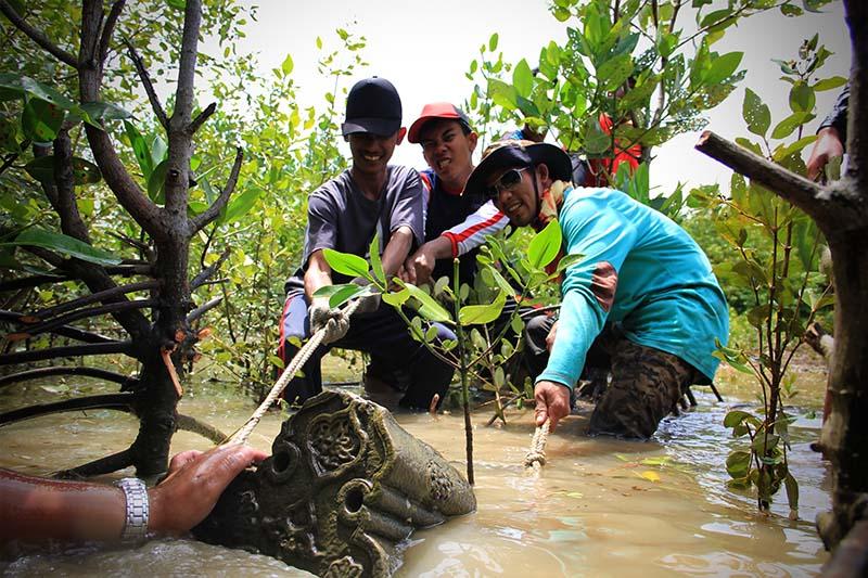 Siswa SMA Negeri 5 Lhokseumawe bersama Mapesa dan Cisah mengekskavasi batu nisan Aceh di areal tambak gampong Pande (Foto M Iqbal/SeputarAceh.com)