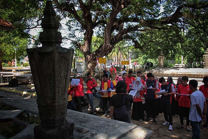 Siswa SMA Negeri 5 Lhokseumawe mengunjungi komplek makam Kandang Meuh di sebelah museum Aceh (Foto M Iqbal/SeputarAceh.com)