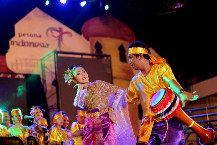 Penampilan tari Klong Yaw di panggung utama Aceh International Rapa'i Festival (Foto Wanda Haris Purtama)