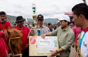 Pembagian hadiah pacu kuda tradisional di Takengon (Foto Wanda Haris Purnama)