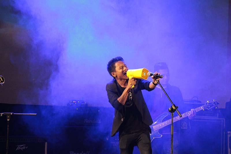 Amoba Band menyanyikan lagu 'Hymn for The Weekend Coldplay' acara Gelar Cipta Musisi Aceh 2016 di Amphiteater Taman Budaya (Foto M Iqbal/SeputarAceh.com)