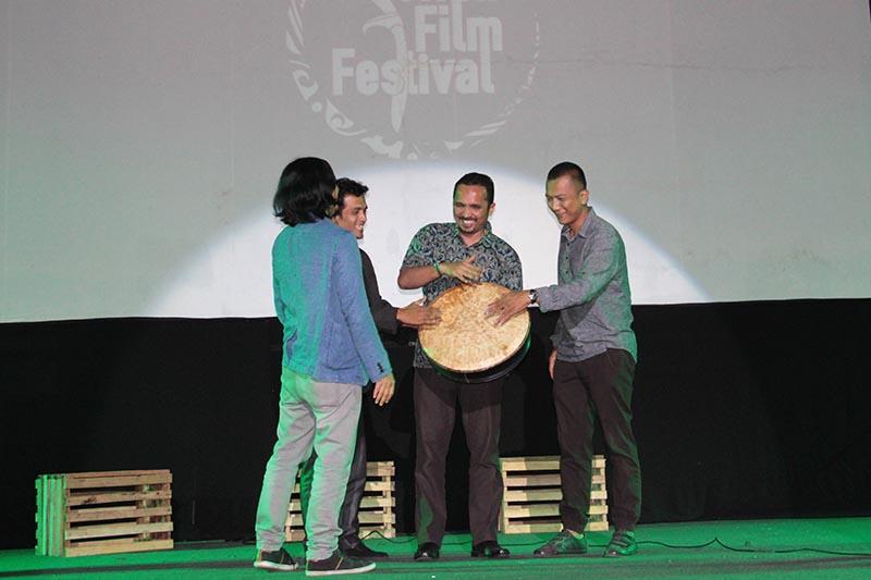 Dari kanan Adrian Jonathan, BW Purbanegara, dan Azhari Aiyub sebagai dewan juri Aceh Documentary Competition 2016 (Foto M Iqbal/SeputarAceh.com)