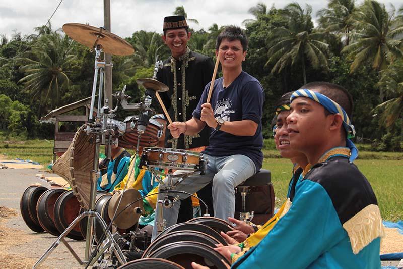 Gilang Ramadan berkolaborasi dengan tabuhan Rapa'i Al-Hayah di gampong Nusa, Lhoknga, Aceh Besar. (Foto M Iqbal/SeputarAceh.com)