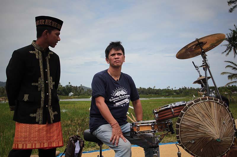 Mencari tempo atau ketukan yang harmoni kolaborasi Gilang drummer dengan Syeh rapa'i di Nusa (Foto M Iqbal/SeputarAceh.com)