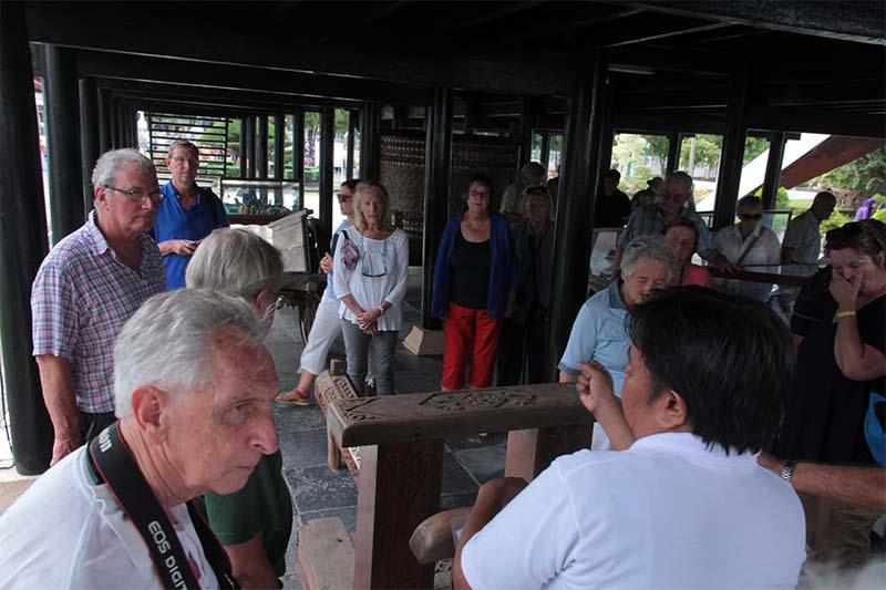 Turis manca negara dari kapal pesiar Noble Caledonian melihat Jeungki alat penumbuk padi di Museum Aceh (Foto M Iqbal/SeputarAceh.com)