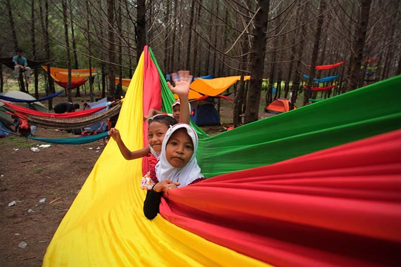 Anak-anak desa Lam Teungoh bermain di hammock berukuran besar (Foto M Iqbal/Seputaraceh.com)