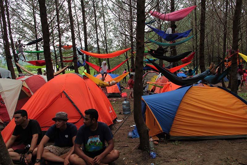 Peserta dari berbagai komunitas mengikuti Camping 100 Hammock di hutan pinus, Lam Teungoh, Aceh Besar (Foto M Iqbal/seputaraceh.com)