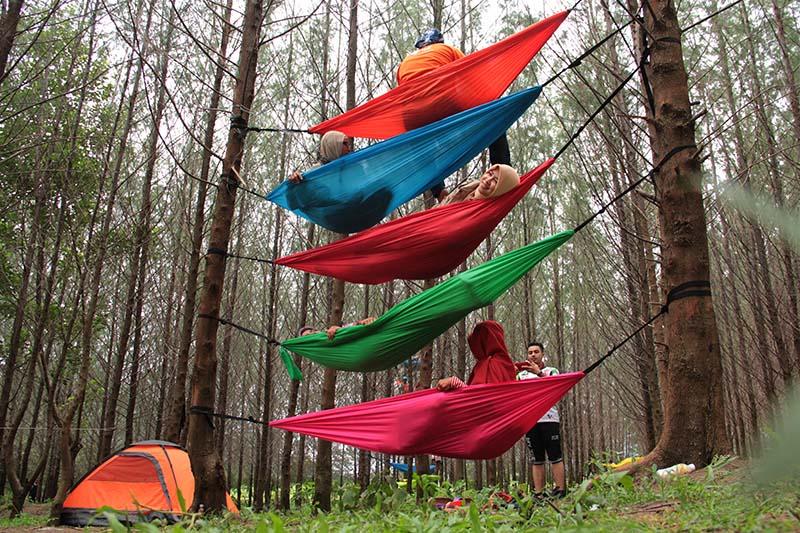 Peserta meriahkan acara Camping 100 Hammock di hutan pinus, Lam Teungoh, Peukan, Aceh Besar (Foto M Iqbal/SeputarAceh.com)