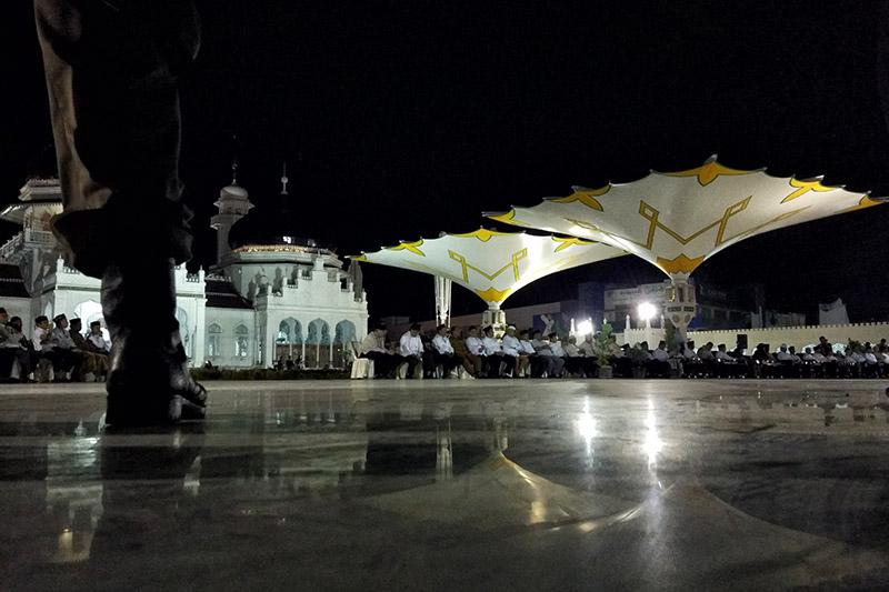 Sejumlah tamu undangan menghadiri peluncuran payung elektrik Masjid Raya Baiturrahman (Foto M Iqbal/SeputarAceh.com)