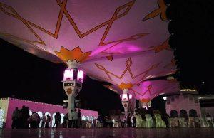 Warga melihat payung elektrik yang terbuka di halaman Masjid Raya Baiturrahman (Foto M Iqbal/SeputarAceh.com)