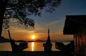 Matahari terbit diantara dua perahu pelabuhan Seurapong, Pulo Aceh (Foto M Iqbal/SeputarAceh.com)